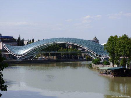 Ультрасовременный мост Мира в Тбилиси