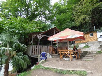 Уютное кафе за мостом царицы Тамары