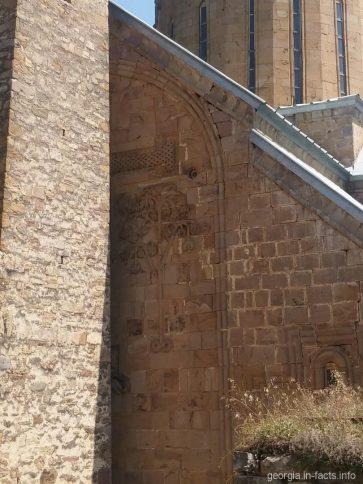 Узоры на Успенском храме, закрытые башней