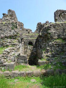 В одной из стен крепости Гонио