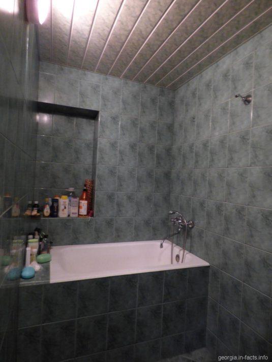 Ванная и душ в батумской квартире