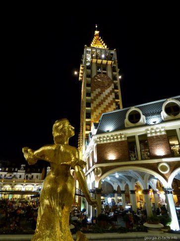 Вечерняя площадь Пьяцца в Батуми