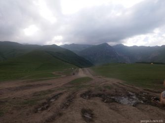 Вершина горы Казбек за тучами