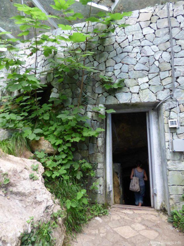 Вход в пещеру Сатаплия