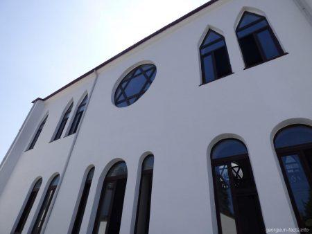 Вход в синагогу в городе Батуми