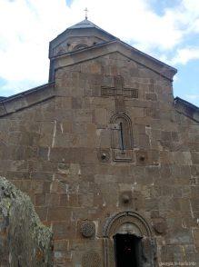 Вход в церковь Гергети