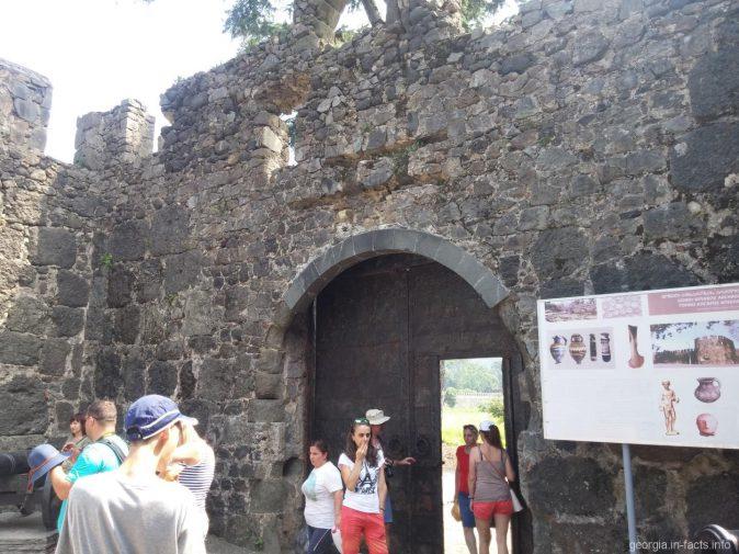 Входные ворота на территорию крепости Гонио