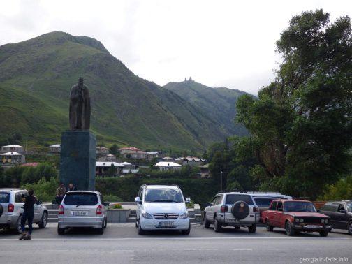 Вид на Гергети из центра Казбеги