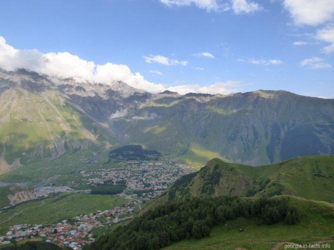 Вид на Казбеги с вершины Гергети