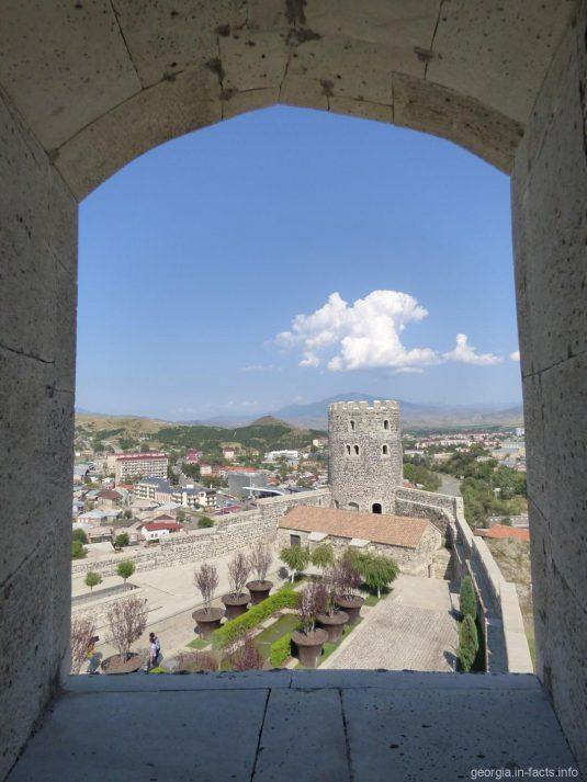 Вид на Свадебный дом из башни крепости Рабат в Ахалцихе