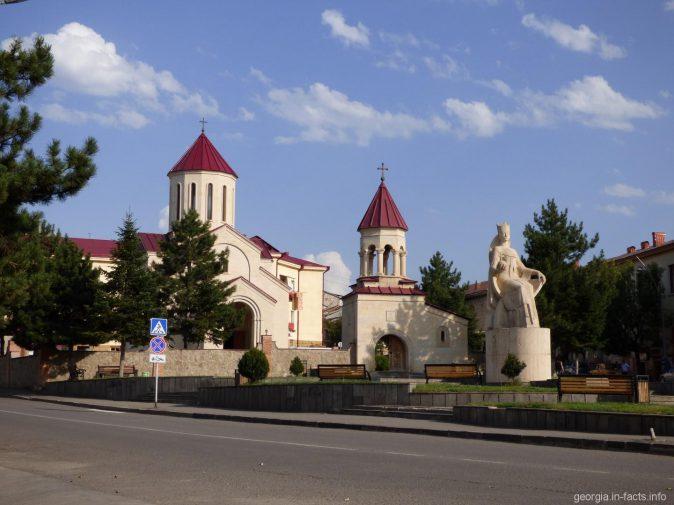Вид на Вознесенский собор и памятник царице Тамаре в Ахалцихе