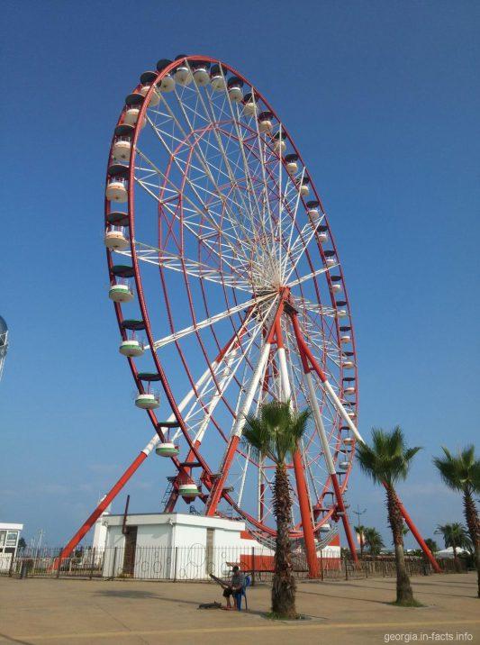 Вид на колесо обозрения в городе Батуми сбоку
