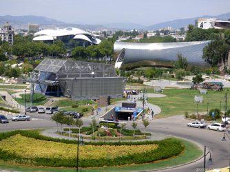 Вид на парк Рике и канатную дорогу в Тбилиси