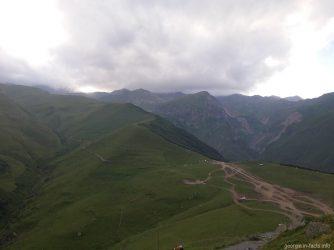 Вид на закрытый тучами Казбек