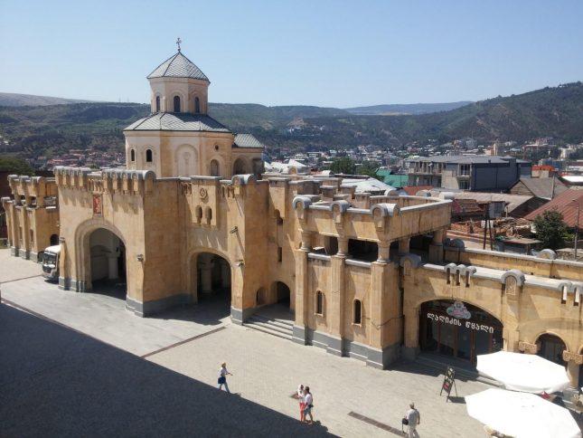 Вид с колокольни на главные ворота Собора Святой Троицы в Тбилиси