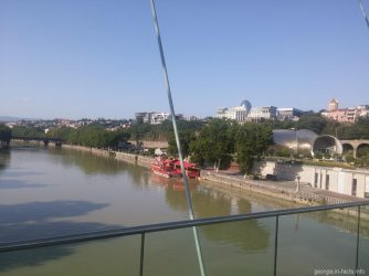 Виды с моста Мира на Президентский дворец в Тбилиси