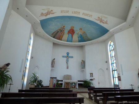 Внутреннее убранство католической церкви Святого Духа в Батуми