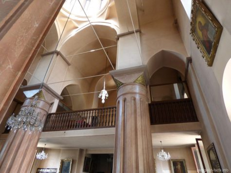 Внутри армянской церкви Эчмиадзин в Тбилиси
