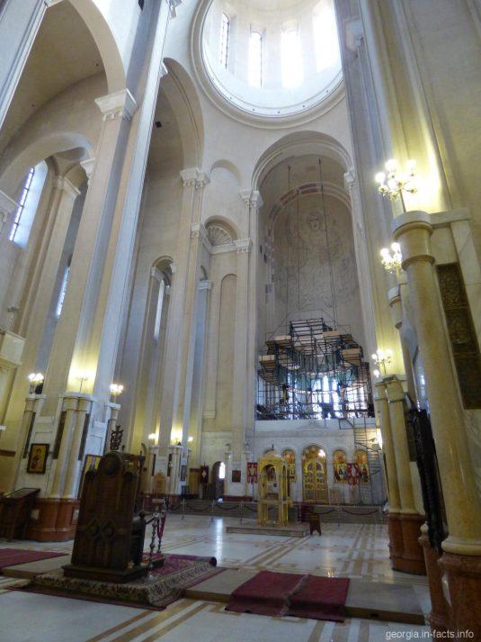 Внутри храма Самеба в Тбилиси