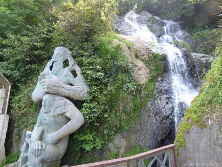 Водопад и статуя Андрея Первозванного в Сарпи