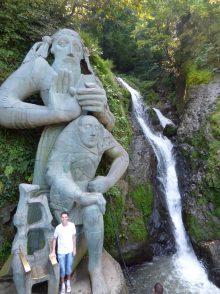 Водопад и статуя около Батуми