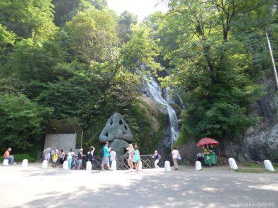 Водопад в Сарпи, статую Св Андрея и табличка с надписью