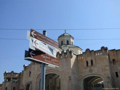 Возле главных ворот храма Цминда Самеба в Тбилиси