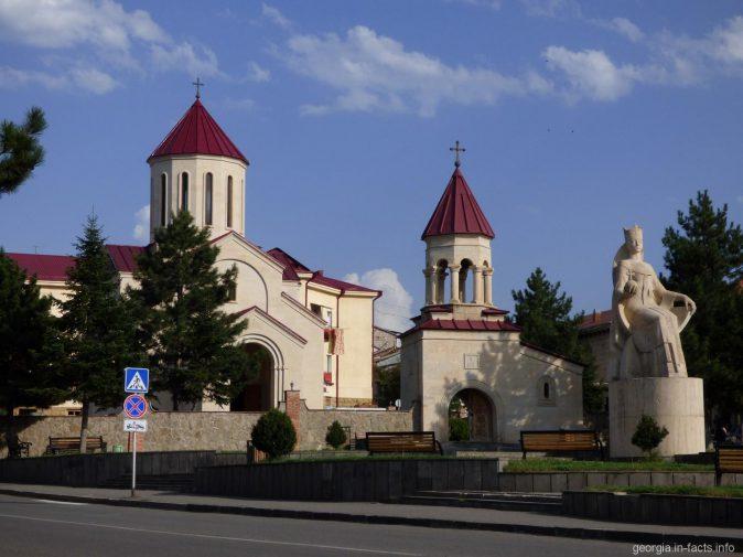 Вознесенский собор и памятник царице Тамаре в городе Ахалцихе