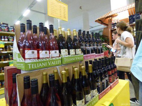Выбор алкогольной продукции в супермаркете Батуми