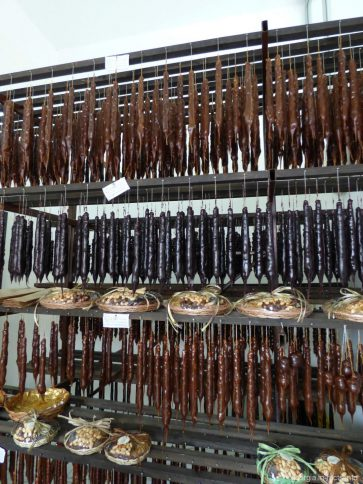 Выбор чурчхелы в магазине Badagi в Батуми