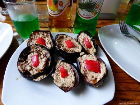 Жареные баклажаны с орехами в ресторане у моста царицы Тамары, Аджария