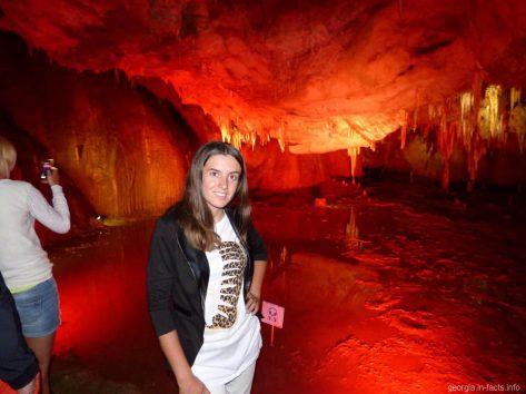 Зал со сталактитами и подземным озером в пещере Прометея