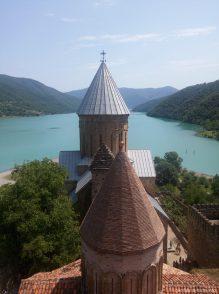 Замок Ананури на Военно Грузинской дороге в Грузии