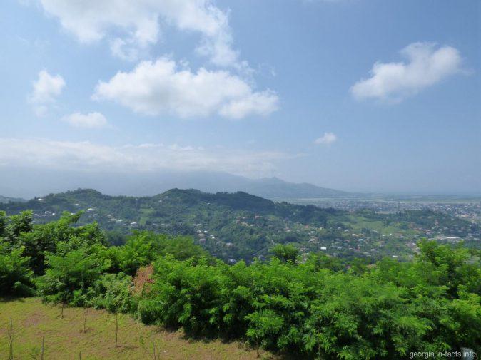 Зелень и горы недалеко от канатной дороги в Батуми