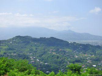 Зеленые горы вокруг обзорной площадки в Батуми