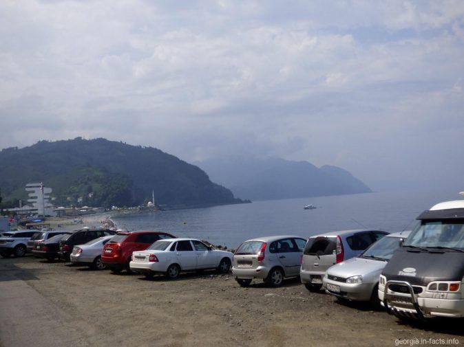 Горы и стоянка рядом с пляжем Сарпи