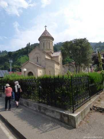Небольшая церковь в Сарпи