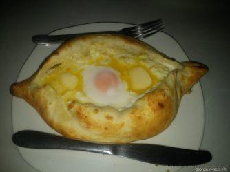 Хачапури по аджарски в кафе Грузии