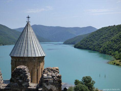 Виды со стен крепости Ананури в Грузии