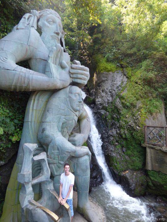 Водопад и статуя Андрея Первозванного на курорте Сарпи