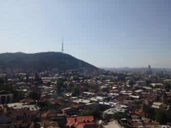 Крыши тбилисских домов с кабинки подвесной дороги