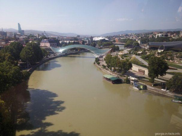 Мост Мира с канатной дороги в Тбилиси
