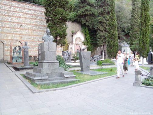 Небольшое кладбище на средней станции фуникулера в Тбилиси