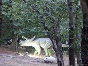 Парк динозавров на горе Мтацминда в Тбилиси