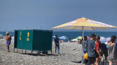 Пресный душ и кабинка для переодевания на пляже в Батуми