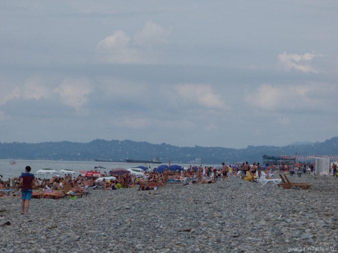 Скопление туристов на пляжах Батуми