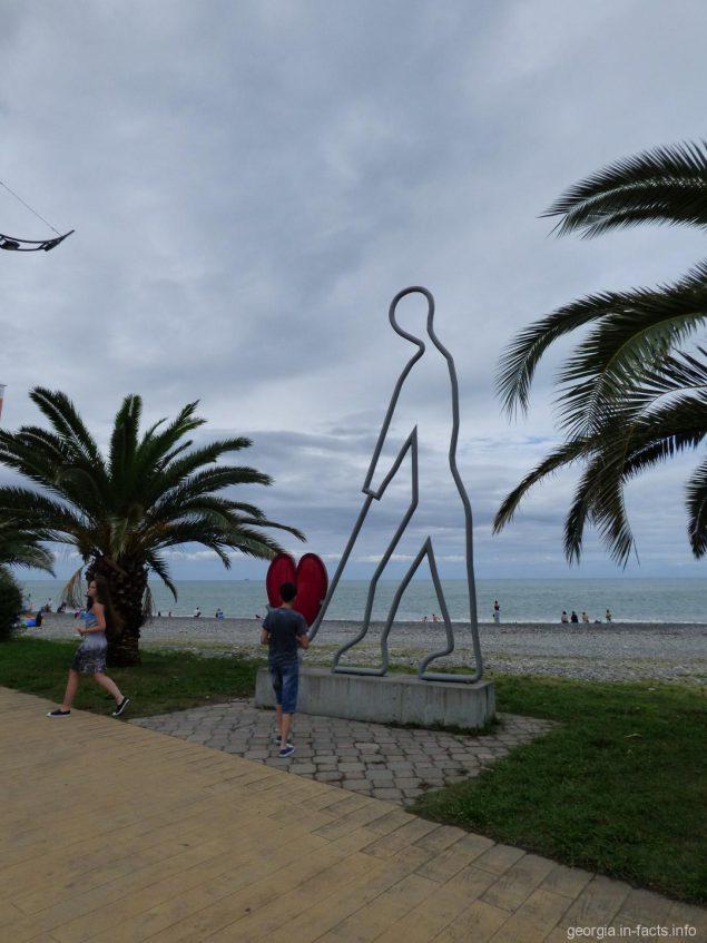 Статуи вдоль приморского парка Батуми