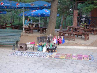 Сувениры в парке Мтацминда в Тбилиси