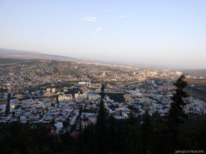 Тбилиси из обзорной площадки перед рестораном Фуникулер