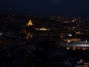 Тбилиси ночью из вагончика фуникулера